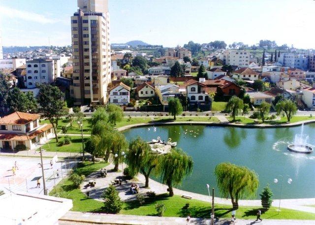Visitar o Parque Jonas Ramos Tanque  - O local possui academia de ginastica ao ar livre, pista de caminhada, parque infantil. Muito agradável, apropriado para relaxar,caminhadas e até piquenique.