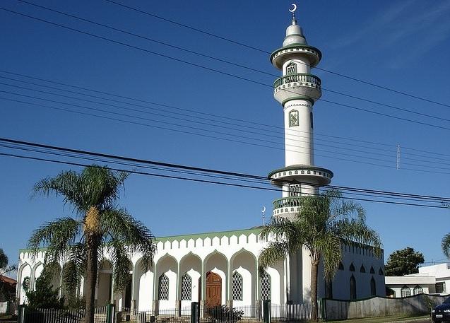 Mesquita Islâmica - Localizada na Av: Castelo Branco. Bairro Universitário. É aberto somente com horário marcado antecipadamente. Telefone (49) 3223-1378.